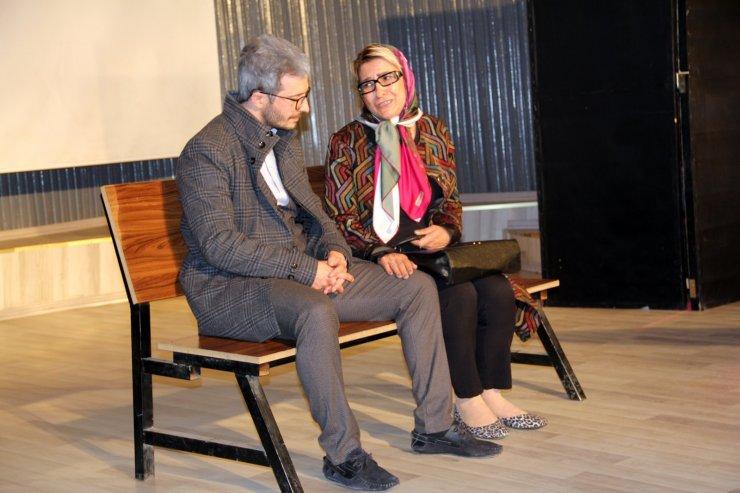 Ağrı'da sahnelenen tiyatro oyununda şehit öğretmenler unutulmadı
