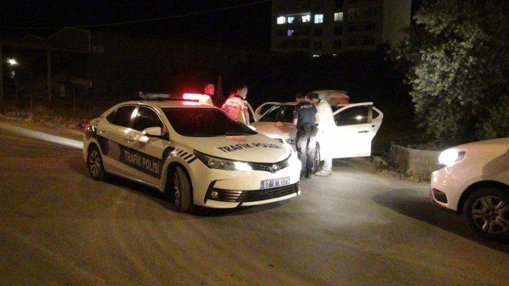 Kısıtlama saatinde polisin dur ihtarına uymadılar aracı park edip kaçmaya çalıştılar