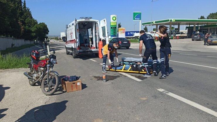 Aynı yönde ilerleyen motosiklet ve otomobil çarpıştı