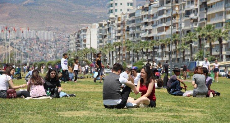 İzmir Kordonboyu'nda kısıtlamasız Cumartesi yoğunluğu