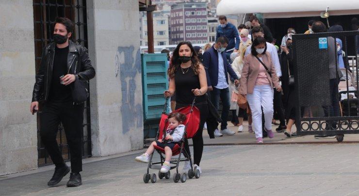 Kısıtlamasız ilk cumartesi gününde Eminönü'nde yoğunluk
