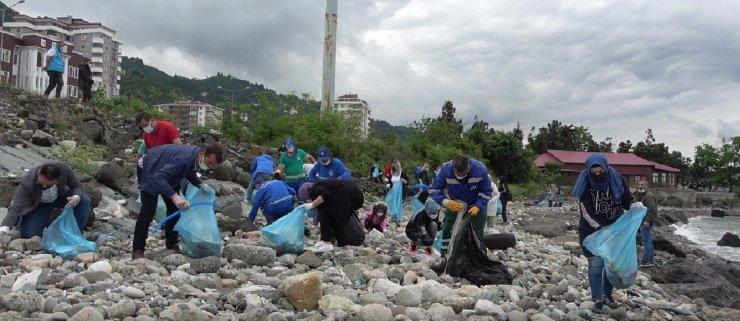 Rizeliler Dünya Çevre Günü kapsamında sahili baştan aşağı temizlediler