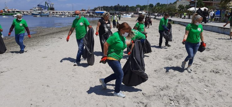 Salya kabusuyla çalkalanan Marmara'nın kıyılarında çöp temizliği