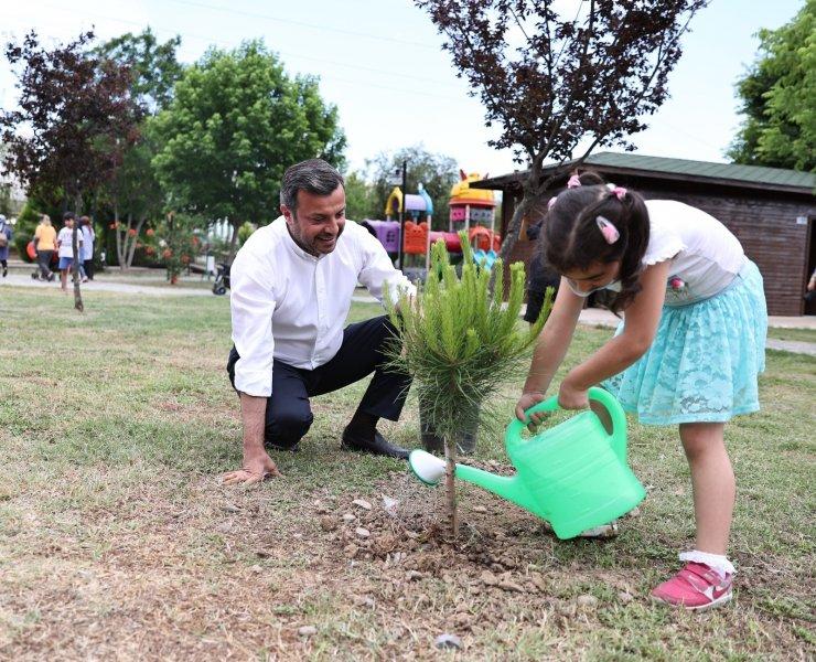 Başkan Kocaispir, çocuklarla fidan dikti