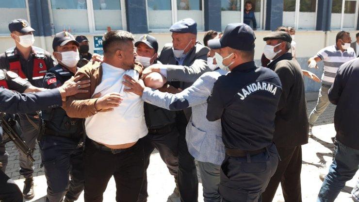 Seçim yapılan beldede oy kullanılan okulda kavga çıktı