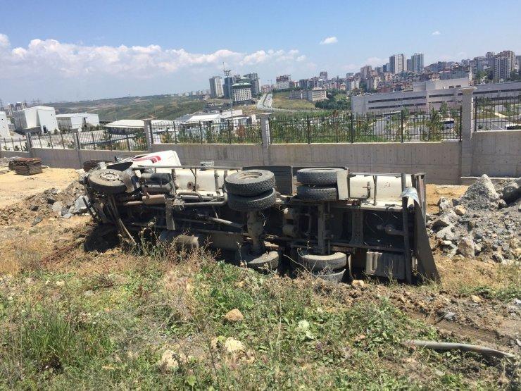 Aracın sıkıştırdığı su tankeri bariyerleri yıkıp toprak yola devrildi