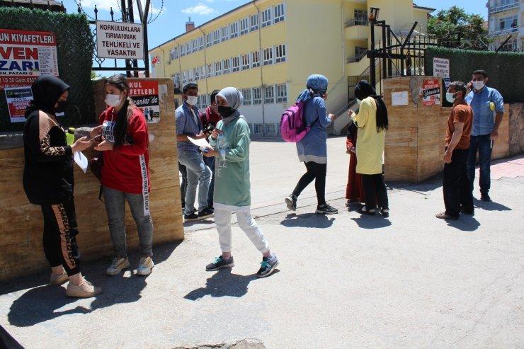 Elazığ'da öğrenciler içeride aileler dışarıda ter döktü