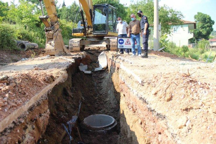 Kanalizasyon hattı çalışmaları sırasında toprak kaydı, işçi göçük altında kaldı