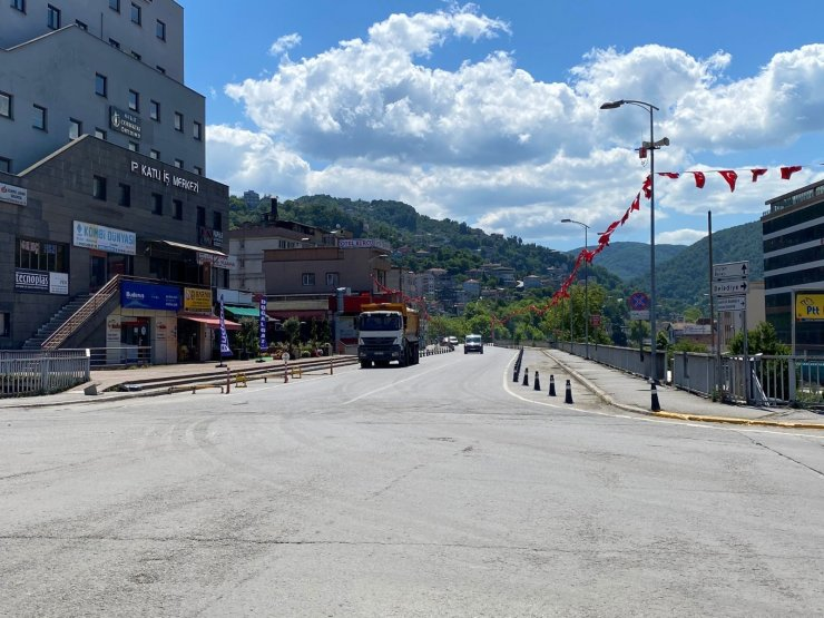 Bir günlük kısıtlamada cadde ve sokaklar boş kaldı