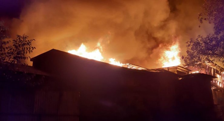 Hindistan'da korkutan yangın: En az 20 ev küle döndü