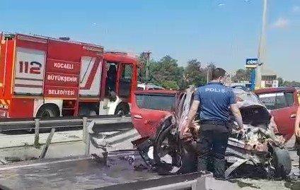 D100'de bariyerlere çarpan otomobil hurdaya döndü: 5 yaralı