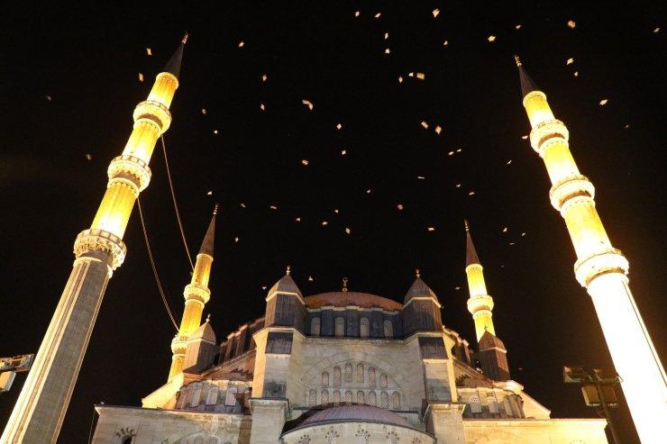 Selimiye Camisi üzerinde martıların görsel şöleni