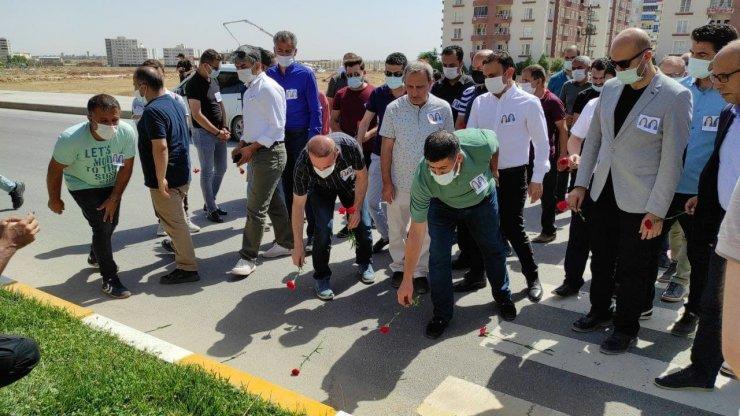 Memur-Sen heyeti Nusaybin'de 2 öğretmenin hayatını kaybettiği kaza yerine karanfil bıraktı