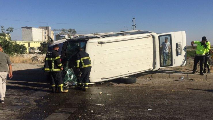 Minibüs kaldırıma çapıp devrildi: 5 yaralı