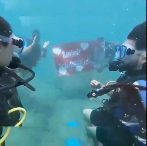 Antalya'da su altında romantik evlilik teklifi