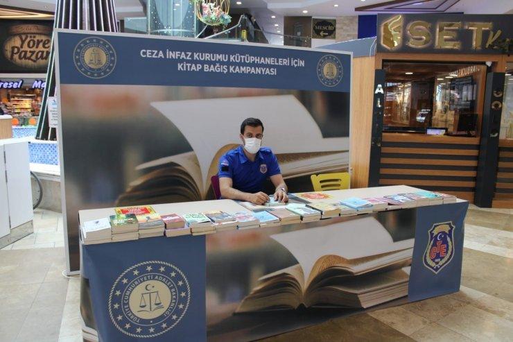 Highway'de açılan kitap bağış standına yüzlerce kitap bağışlandı