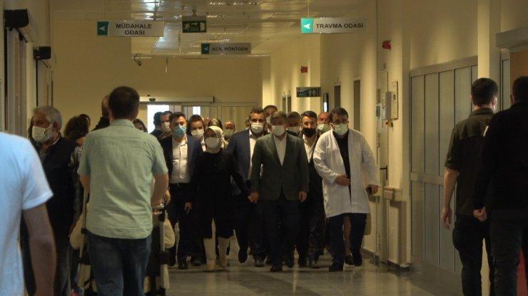 Davutoğlu konvoyunda yaralanan kazazedeleri ziyaret etti