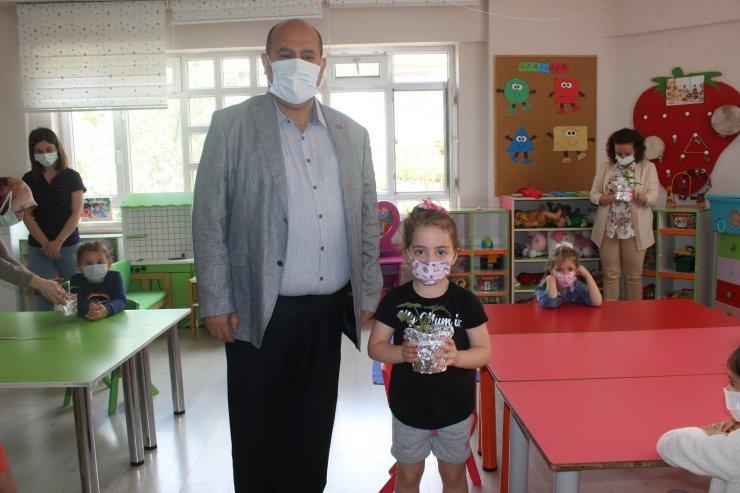 Osmaneli'nde anaokulu öğrencilerine saksıda çilek fidesi dağıtıldı