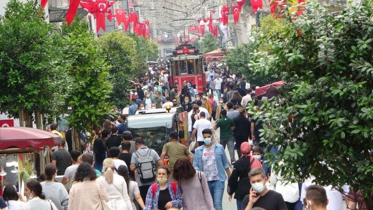 Yağış sonrası İstiklal Caddesi'nde yoğunluk