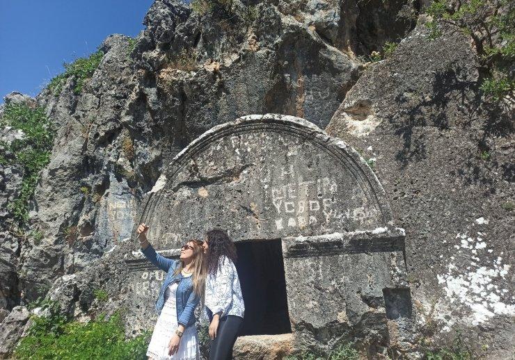 Roma döneminden kalan Kaya mezarlarına yoğun ilgi