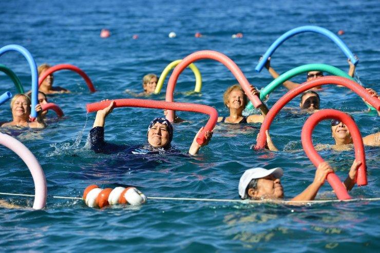 Mavi bayraklı plajda su cimnastiği başlıyor