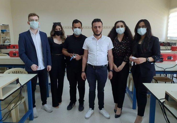 Erzincan'da üniversite öğrencileri Covid-19 hastaları için akıllı bileklik üretti