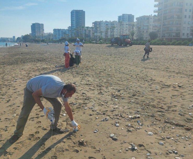 Mezitli'de gönüllüler sahil temizliği yapıyor