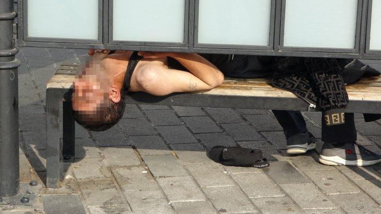 Tramvay durağında uyuşturucu krizine giren şahıs polisi harekete geçirdi