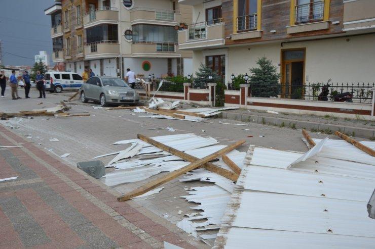 Biga'da aniden çıkan fırtına çatı uçurdu