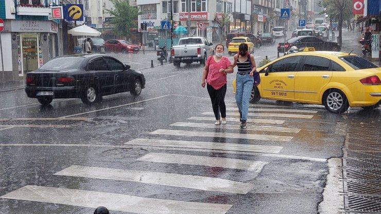 Güneşe aldanan Tekirdağlılar yağmura hazırlıksız yakalandı
