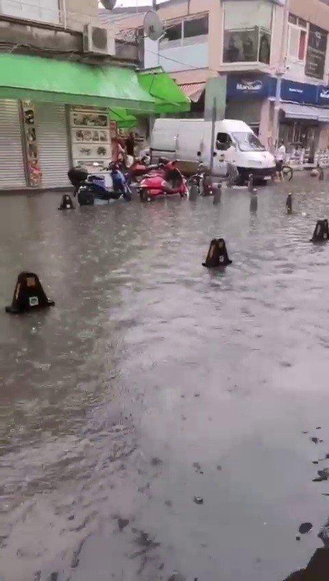 Aniden bastıran yağış, cadde ve sokakları göle çevirdi
