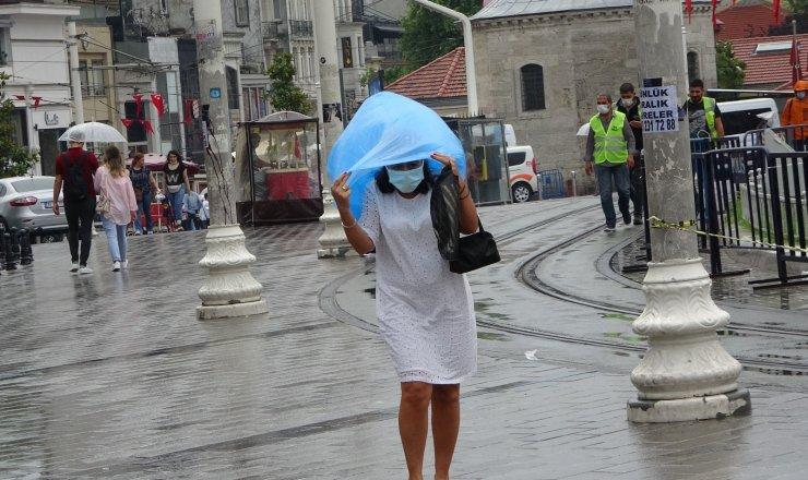 Taksim'de sağanak yağışa vatandaşlar hazırlıksız yakalandı