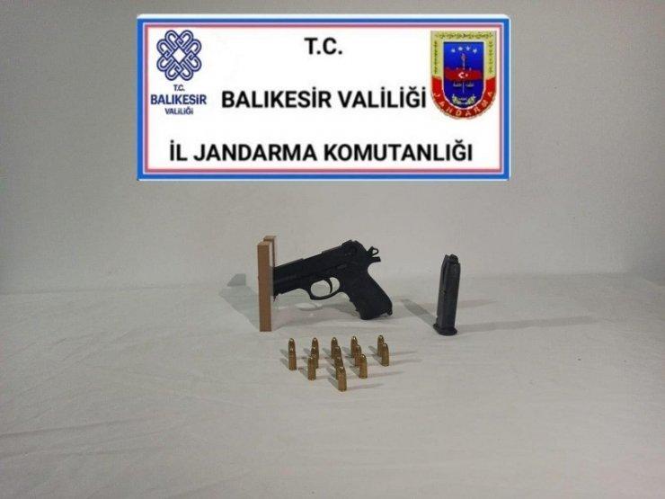Balıkesir'de jandarma 13 aranan şahsa gözaltı