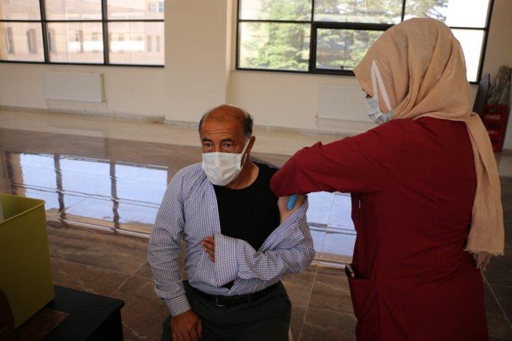 Bitlis'te belediye personeline korona virüs aşısı