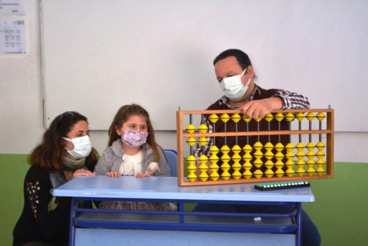 5 yaşındaki kız aritmetikle oyun oynuyor
