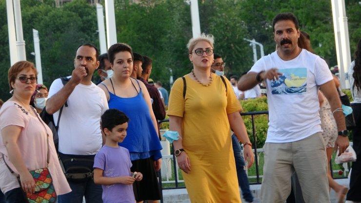 Taksim'de virüsü unuttular, maskesiz gezdiler