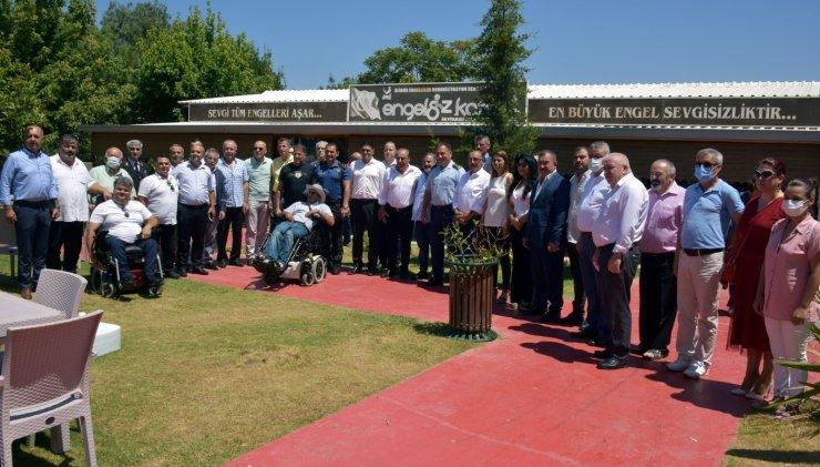Aliağa'da mülki erkan ve vatandaşlar Engelsiz Yaşam Parkı'nda bayramlaştı
