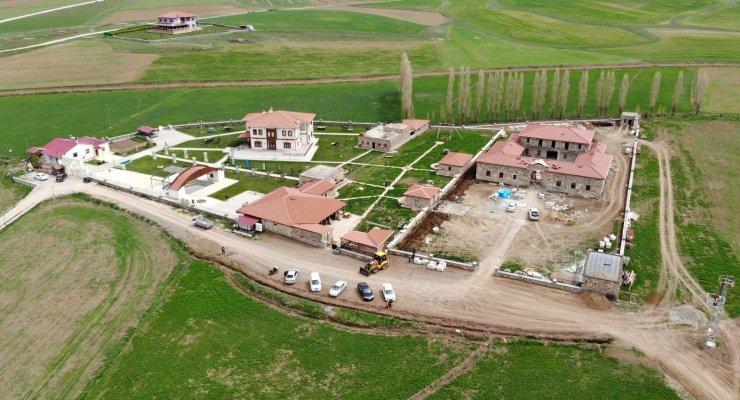 Bayburt'un ödüllü müzesinin ziyaretçileri Selçuklu mimarisi handa ağırlanıyor