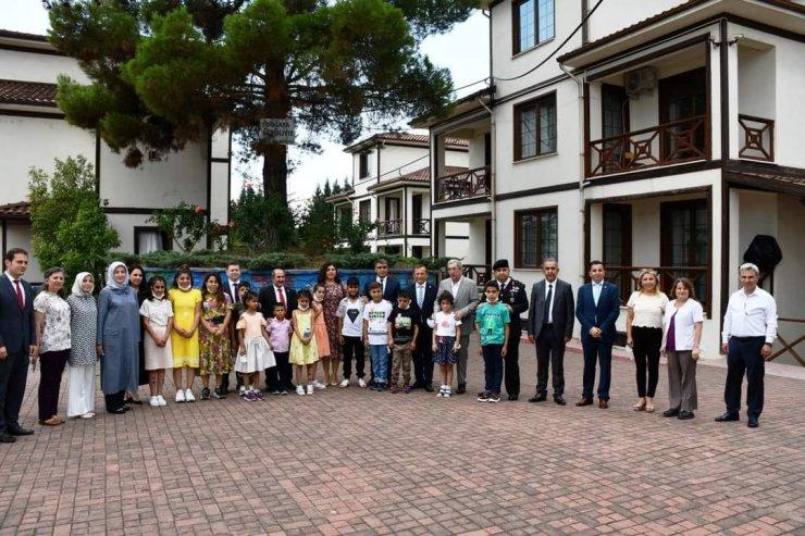 Vali Fuat Gürel, çocukların bayramını kutlayıp harçlık verdi
