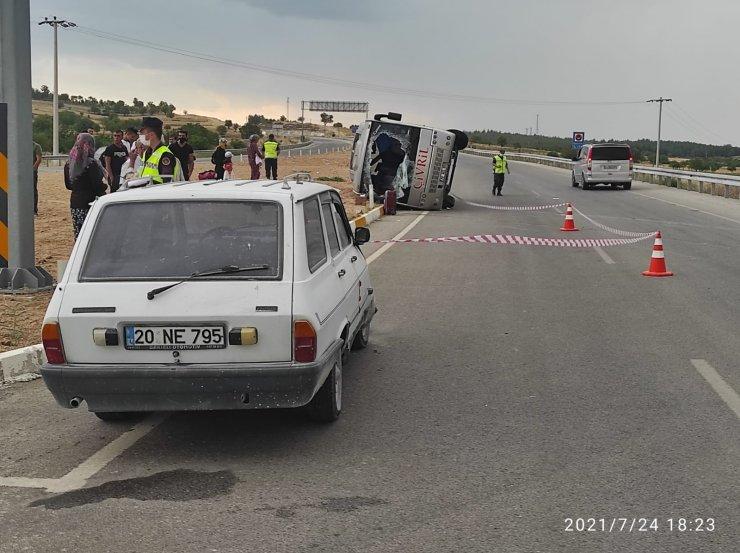 Kontrolsüz şekilde yola çıkan otomobile çarpan midibüs yan devrildi; 3 yaralı
