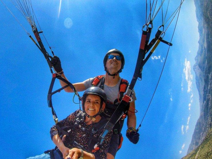 """61 yaşında paraşütle uçtu, """"Biraz bir şeyler olsun"""" diyerek pilottan heyecan istedi"""