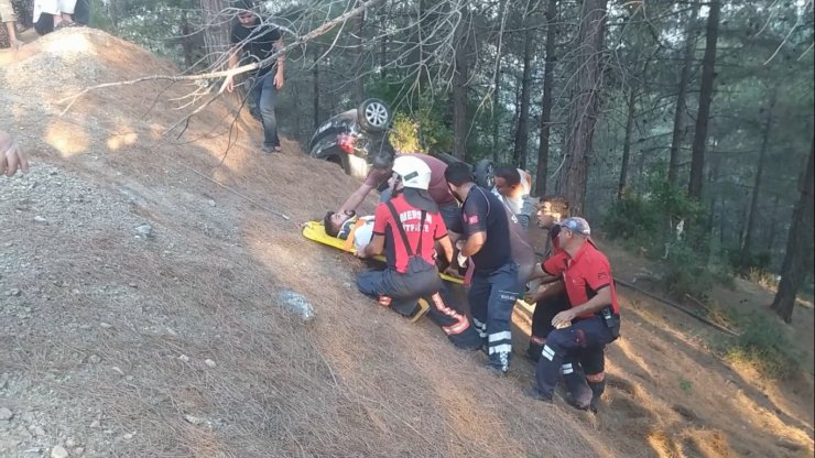 Otomobil ormanlık alana yuvarlandı: 2 yaralı