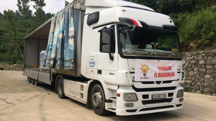 AK Parti İl Başkanlığı, Artvin ve Rize'deki sel bölgesine 4 tır su gönderdi