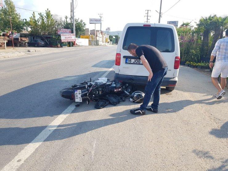 Park halindeki araca çarpan motosikletin sürücüsü ölümden döndü