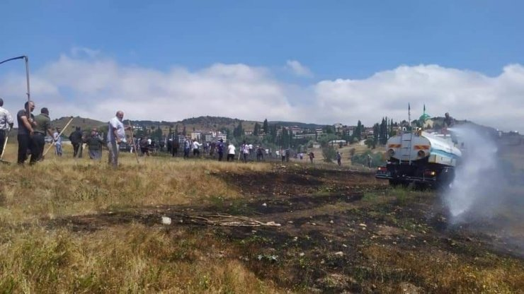 Mahalleli el ele verdi, 200 dönümlük araziyi yanmaktan kurtardı