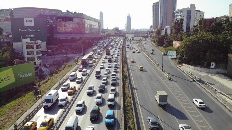 Bayram tatilinin sonlanmasıyla İstanbul'da oluşan trafik yoğunluğu havadan görüntülendi