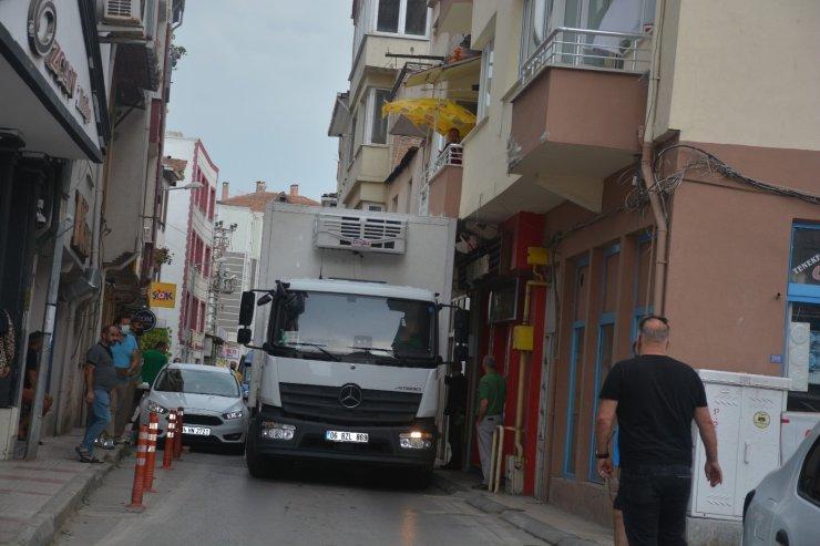 Hatalı park yüzünden yolda ilerleyemeyen kamyon balkon altına sıkıştı