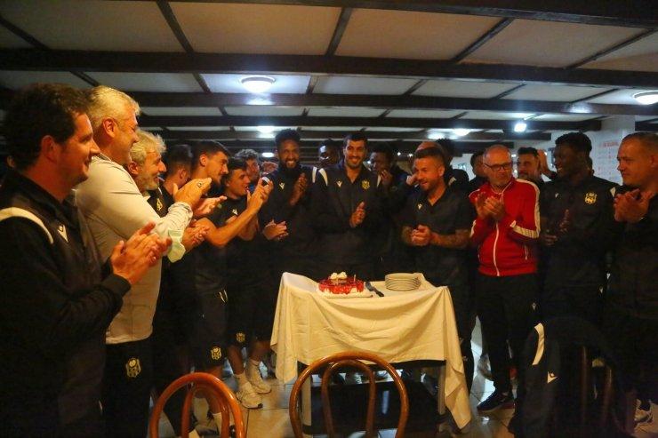Yeni Malatyasporlu genç kaleciye doğum günü kutlaması