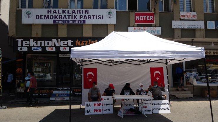 Muş'taki ilk evlat buluşması, HDP önünde eylem yapan annelere umut oldu