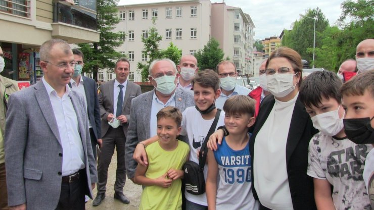 Aile ve Sosyal Hizmetler Bakanı Derya Yanık Arhavi'deki sel bölgesinde incelemelerde bulundu